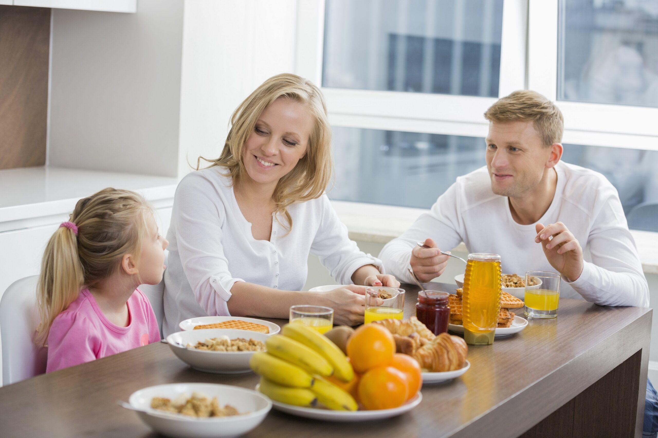śniadanie podane w zastawie stołowej Ambition