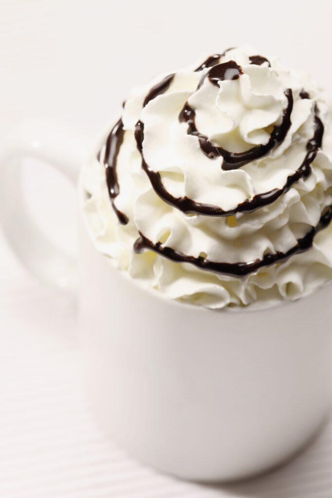 kawa wykonana za pomocą syfonu do bitej śmietany