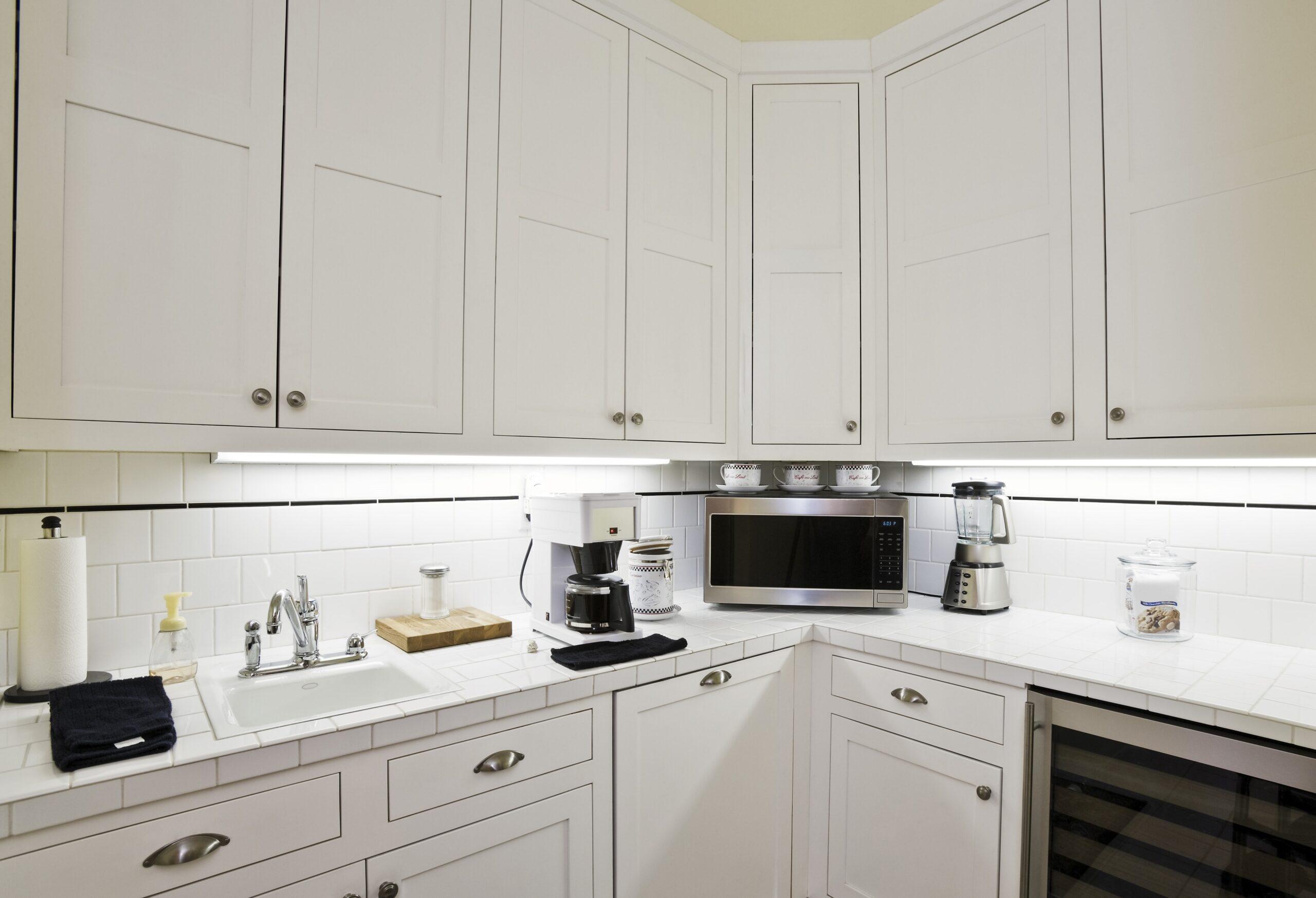 kuchenka mikrofalowa w kuchni