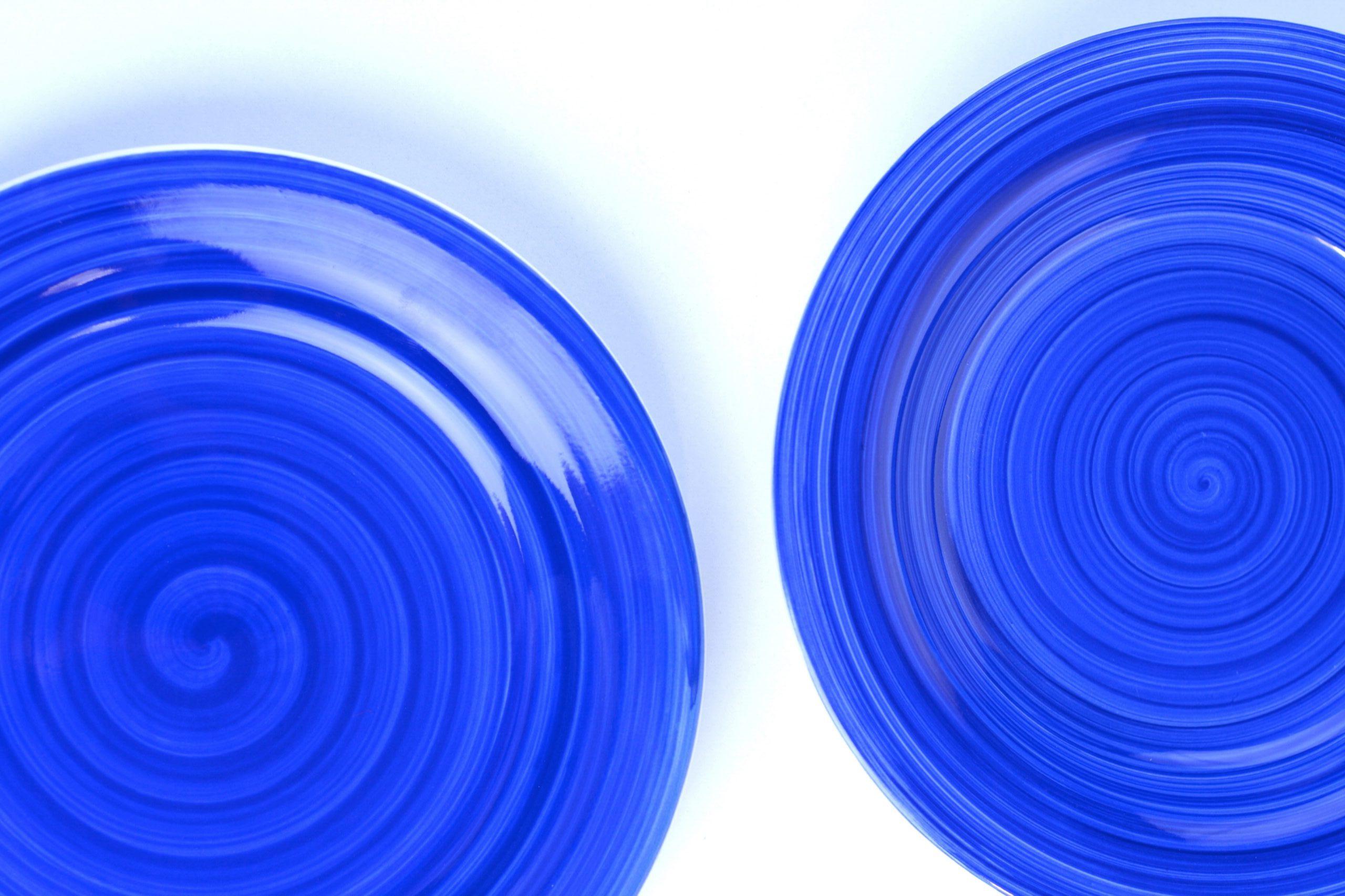 wzorzyste talerze z zastawy stołowej